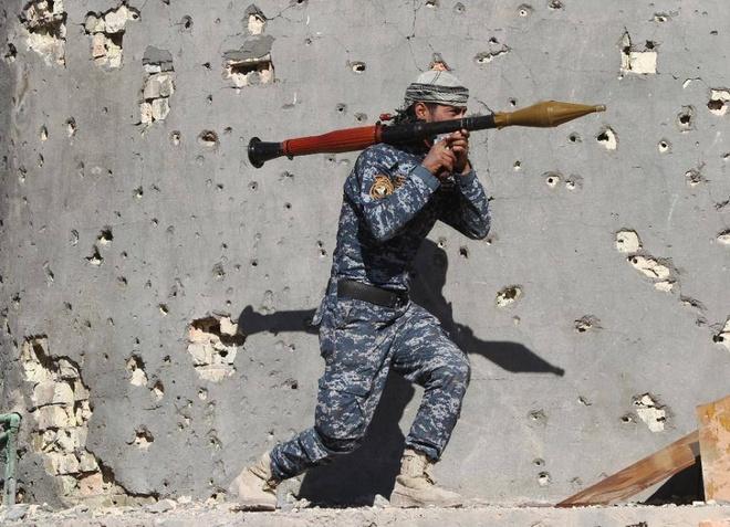 Tho Nhi Ky keu goi cong dan roi Iraq hinh anh 1 Một chiến binh Iraq vác súng phóng lựu trên vai ở thành phố Ramadi. Ảnh: AFP