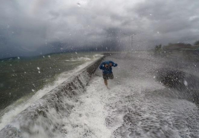 Theo Cơ quan Quản lý và Giảm thiểu rủi ro thiên tai (NDRRMC), bão lớn khiến nhiều cây bị đổ và gây mất điện ở ít nhất 7 tỉnh.