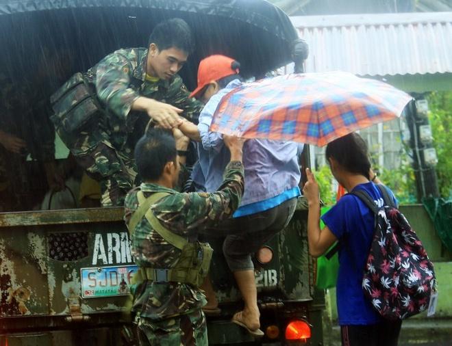 Sức gió giật mạnh đã suy yếu phần nào vào sáng nay, nhưng theo ghi nhận vẫn duy trì ở mức từ 170 km/h đến 185 km/h. Các cơn bão dự kiến sẽ suy yếu dần khi di chuyển về phía đảo Mindoro. Ảnh: AFP