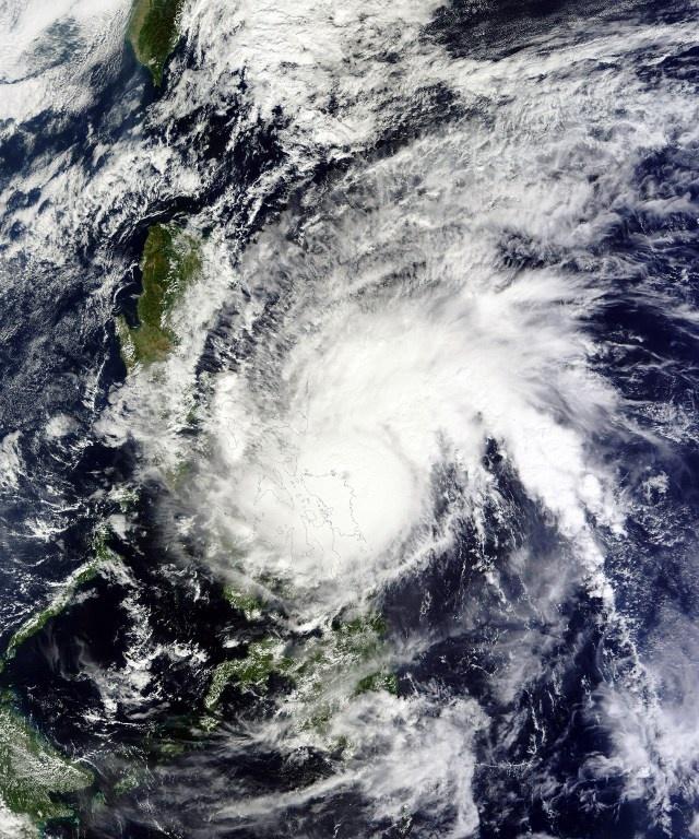 Siêu bão Melor quét qua bán đảo Bicol, nơi có dân số khoảng 5,4 triệu người, vào đêm qua trước khi đổ bộ vào quần đảo Romblon sáng nay. Giới chức khu vực đảo Bicol tuyên bố, không có thương vong về người và cũng không xảy ra lũ lụt. Trong ảnh là ảnh vệ tinh của NASA