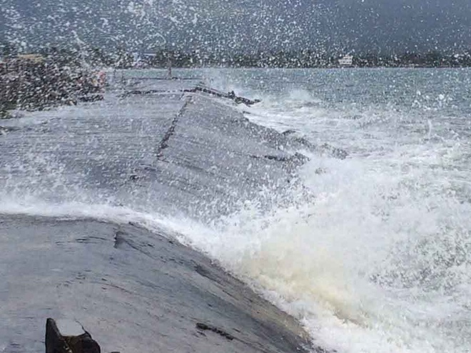 Sức gió giật mạnh đã suy yếu phần nào vào sáng nay, nhưng theo ghi nhận vẫn duy trì ở mức từ 170 km/h đến 185 km/h. Các cơn bão dự kiến sẽ suy yếu dần khi di chuyển về phía đảo Mindoro. Ảnh: CNN