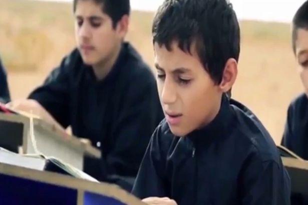 Nhiệm vụ đầu tiên của những đứa trẻ là học thuộc kinh Koran. Ảnh: Mirror