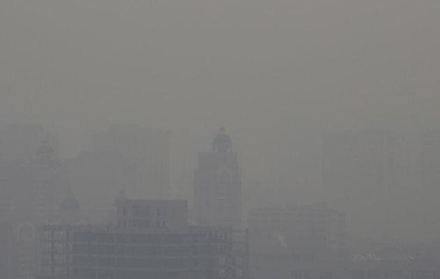 Trung Quoc bat 10 nguoi bia dat du lieu o nhiem khong khi hinh anh 1 Sương mù dày đặc ở thủ đô Bắc Kinh hôm 7/12. Ảnh: IB Times