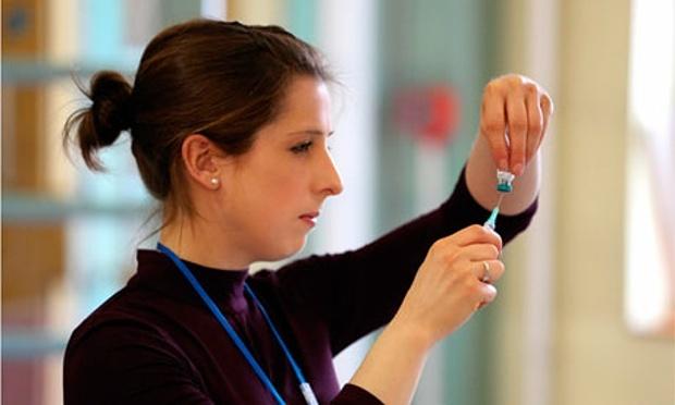 My, Phap cung dau dau vi khan hiem vac xin hinh anh 1 Một y tá chuẩn bị tiêm ngừa vắc xin cho trẻ tại Anh. Ảnh: Athena