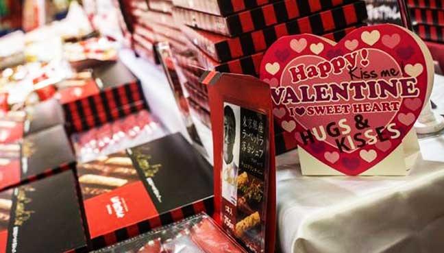 Phu nu Nhat tim mua chocolate cho Valentine hinh anh 1