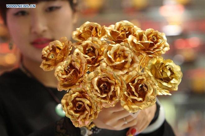 Hong dat vang, qua tang Valentine pho bien o Trung Quoc hinh anh
