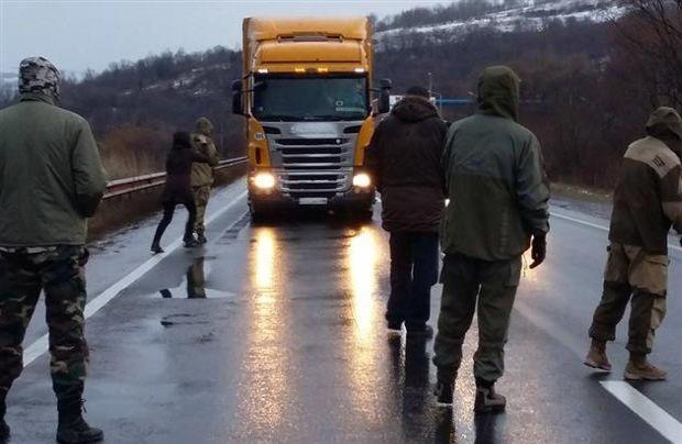 Nga cam xe tai Ukraine di vao lanh tho hinh anh 1