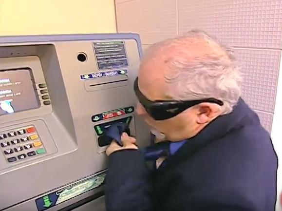 May ATM hai khach hinh anh