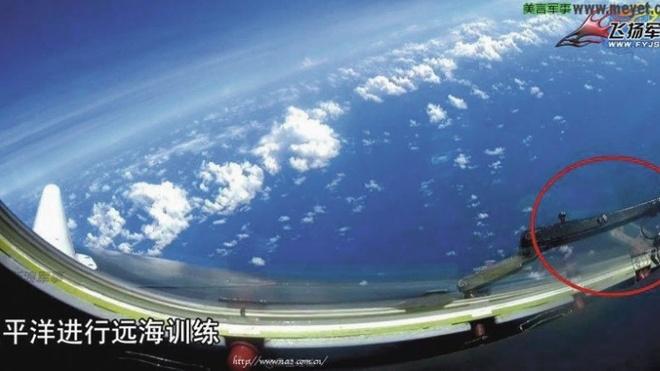 May bay nem bom Trung Quoc bay tren da Chu Thap hinh anh 1