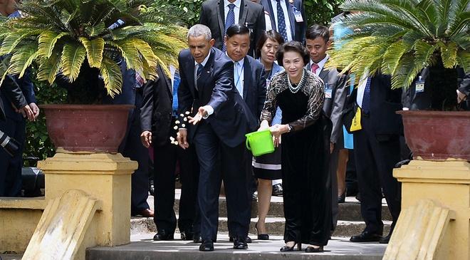 Mot ngay ban ron cua Tong thong Obama o Ha Noi hinh anh