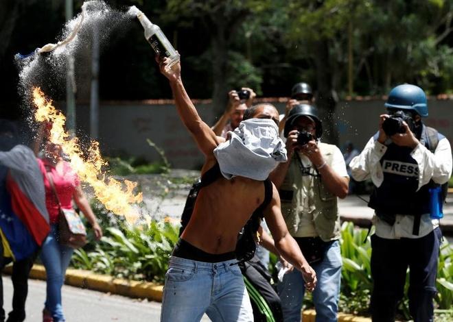 Nguoi bieu tinh Venezuela nem bom xang vao canh sat hinh anh
