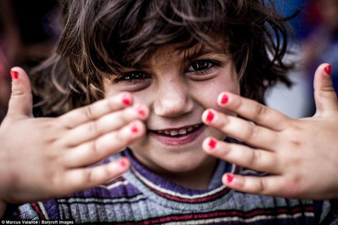 Nu cuoi cua tre ti nan Syria sau hang day thep gai hinh anh