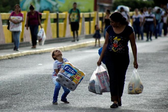 Dong nguoi Venezuela chen lan sang Colombia mua do hinh anh