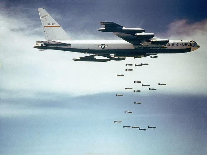 Phao dai bay B-52 pho dien ky nang nem bom rai tham hinh anh