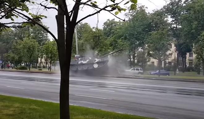 Xe tang T-72 suyt lat sau cu dam cot dien hinh anh