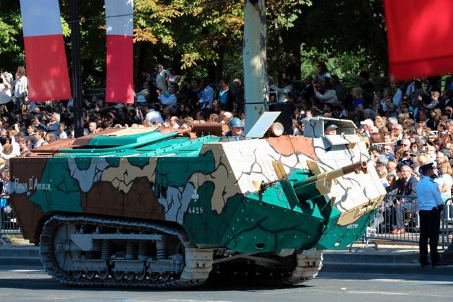 Xe tang tram tuoi lan banh trong cuoc dieu binh o Phap hinh anh 1
