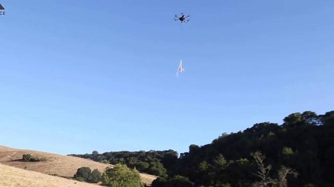 May bay khong nguoi lai chuyen bat Drones cua My hinh anh