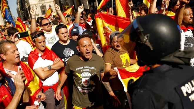 Khung hoang Catalonia: Lui mot buoc troi yen bien lang hinh anh