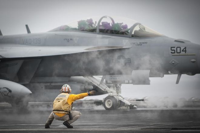 Dan may bay tren sieu tau san bay USS Carl Vinson hinh anh