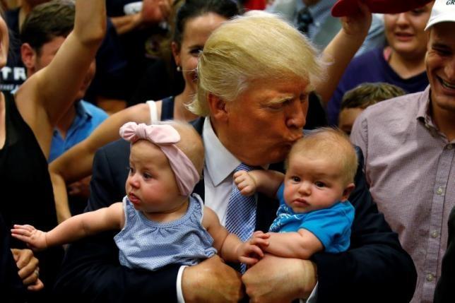 Trump tuyen bo khong nuong tay voi Clinton nua hinh anh 1