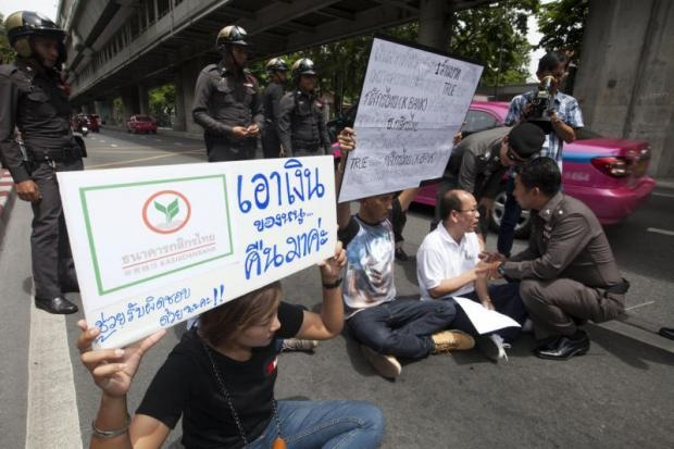 Thai Lan: Bieu tinh vi mat 30.000 USD trong tai khoan hinh anh