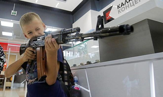 San bay Moscow mo cua hang ban AK-47 hinh anh
