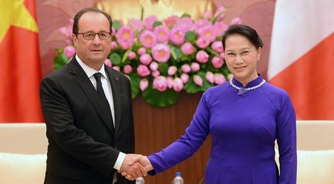 Ngay dau tien cua Tong thong Francois Hollande tai Ha Noi hinh anh