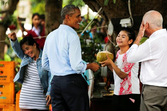 Tong thong Obama dao pho, uong nuoc dua o Lao hinh anh