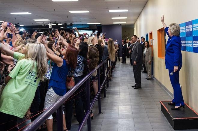 Dam dong nhat loat quay lung voi ba Hillary de selfie hinh anh 1