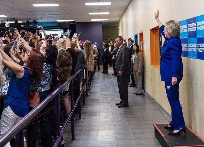 Dam dong nhat loat quay lung voi ba Hillary de selfie hinh anh