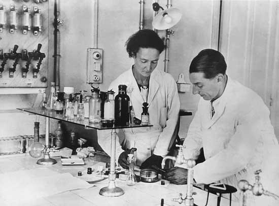 Marie Curie va gia dinh dat 5 giai Nobel hinh anh 3