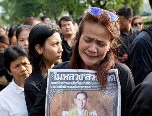 Nguoi Thai vay quanh Hoang cung don linh cuu nha vua hinh anh