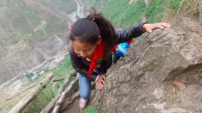 Tre em Trung Quoc leo vach da 800 m den truong hinh anh