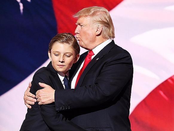 Trai ut nha Trump ngai ngu trong le an mung cua cha hinh anh