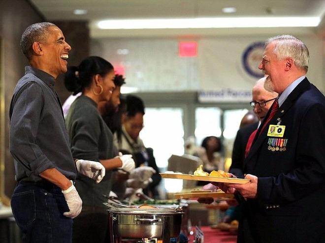 Gia dinh ong Obama phuc vu bua an cho cuu chien binh My hinh anh
