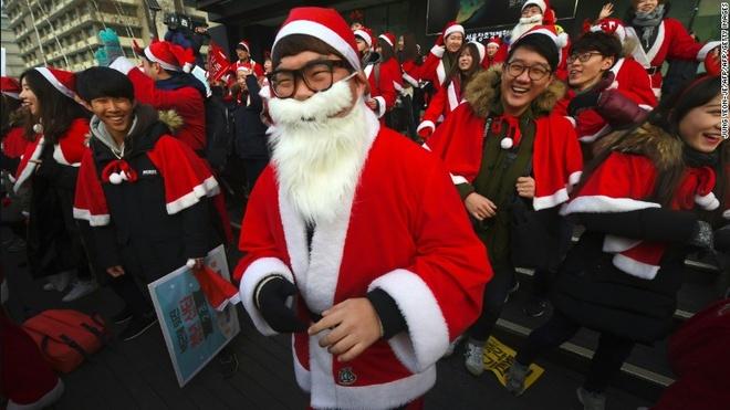 Nguoi Han mac do ong gia Noel bieu tinh phan doi tong thong hinh anh