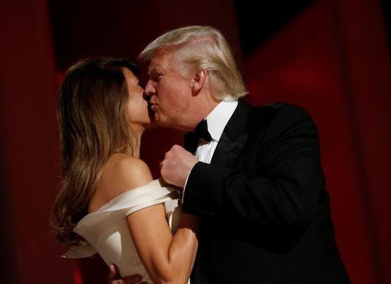 Vo chong Tong thong Trump tinh tu trong tiec khieu vu hinh anh
