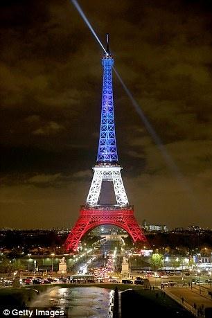 Phap xay hang rao kinh bao ve thap Eiffel khoi khung bo hinh anh 2