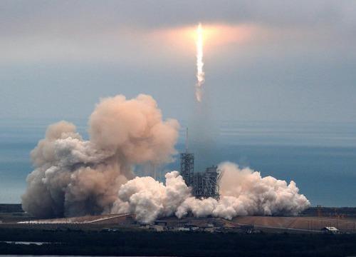 SpaceX phong thanh cong ten lua Falcon 9 sau khi tri hoan hinh anh