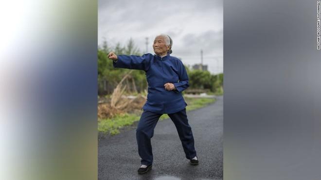 Cu ba 93 tuoi gioi Kungfu noi tieng tren mang Trung Quoc hinh anh 1