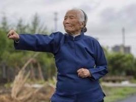 Cu ba 93 tuoi gioi Kungfu noi tieng tren mang Trung Quoc hinh anh