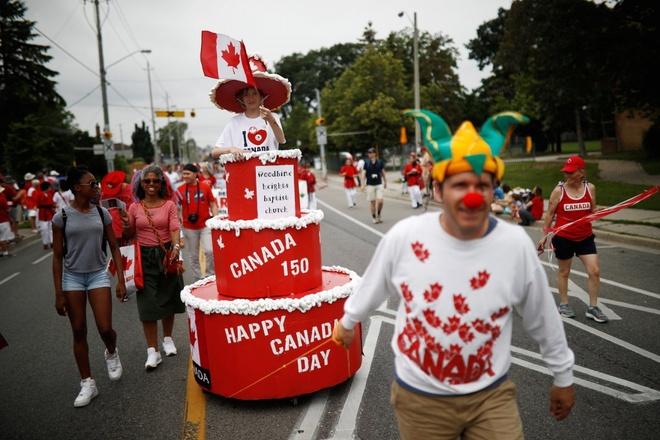 Canada xếp hình lá phong khổng lồ kỷ niệm 150 năm Quốc khánh - Ảnh &  Video