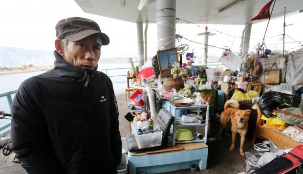 Hong Kong: Nguoi vo gia cu bi buoc roi noi tru ngu giua troi lanh hinh anh 1
