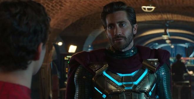 Mysterio mặc trang phục pha trộn giữa Doctor Strange và Iron Man