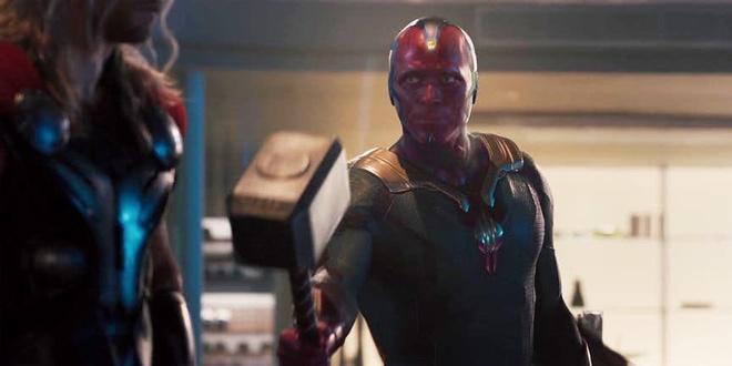 Vision bị chê không xứng đáng cầm búa của Thor