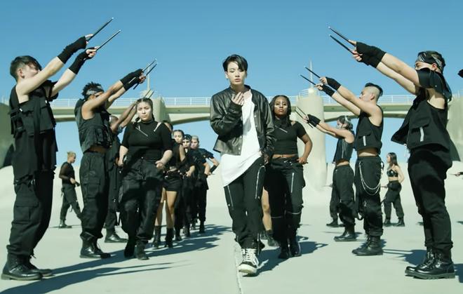 BTS khien fan phan khich truoc MV tro lai hinh anh 2 BTS_on_musicvideo_2000x1270_1.png