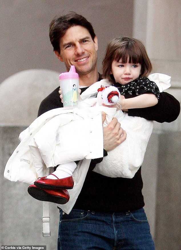 Suri 14 tuoi cao gan bang me Katie Holmes hinh anh 2 25843564_8100725_Holding_his_third_child_Tom_carrying_Suri_as_they_left_their_apa_a_7_1583947605254.jpg