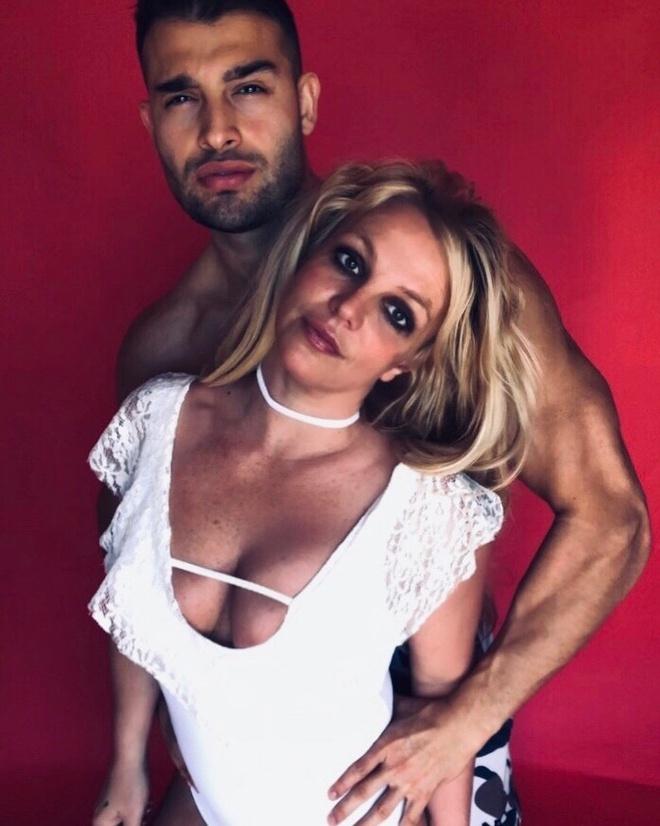 Britney Spears dien bikini tap yoga tren bai bien hinh anh 3 britneyspears_88408531_496251727732570_7578778810728699436_n_1_.jpg