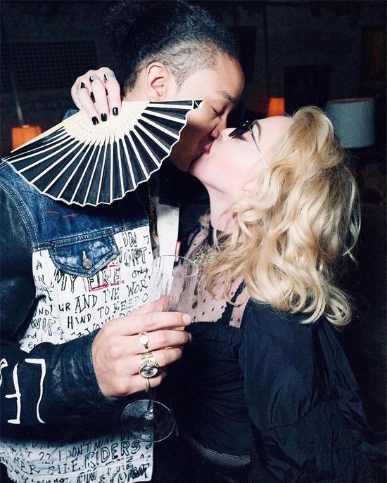Madonna say dam ben ban trai kem 36 tuoi hinh anh 1 opooo.jpg