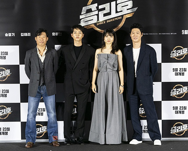 Song Joong Ki is performance at the press conference movie